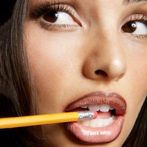Donkere lipliner lichte lipstick